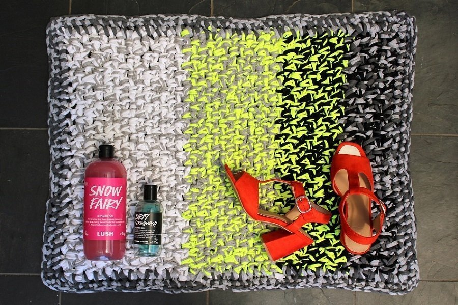 Bathroom Mat Crocheted from Scraps a DIY